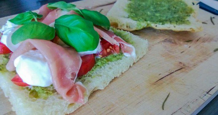Foccacia mit Pesto, Mozzarella und Tomato