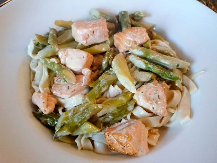 Salmon with asparagus in lemon cream sauce