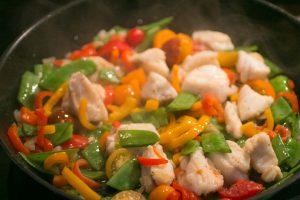 Seeteufe mit Paprika, Cherrytomaten & Zuckerschoten