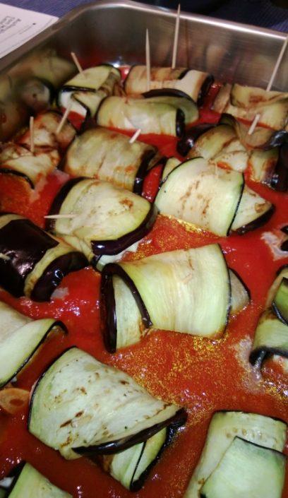 Auberginenroellchen mit Tomatensauce